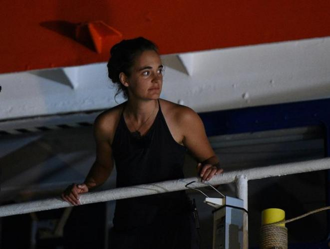 Carola Rackete sur le « Sea-Watch 3 » le 29 juin, à Lampedusa. © Reuters