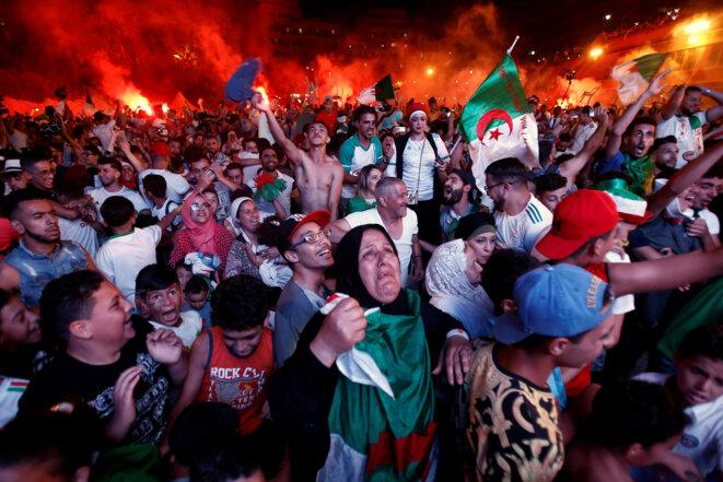 Manifestations de joie, dimanche soir à Alger, après la victoire en demi-finale de la CAN. © Reuters