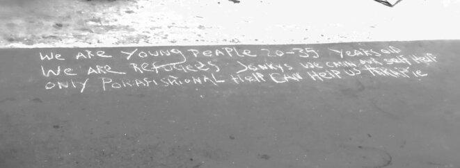 message à la craie trouvé près du lieu du suicide