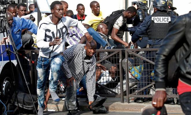 À leur sortie du Panthéon, des gilets noirs face aux policiers, le 12 juillet 2019. © Reuters