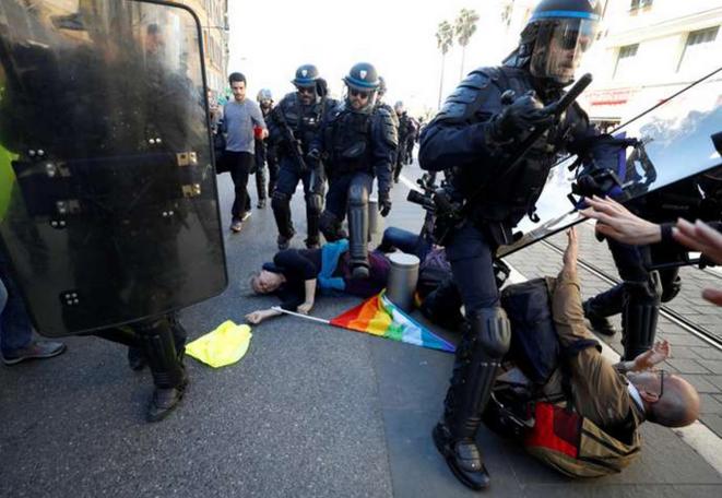 Geneviève Legay, violement heurtée par un policier lors d'une charge disproportionnée, le 23 mars, à Nice. Le commissaire est aujourd'hui récompensé. © Reuters