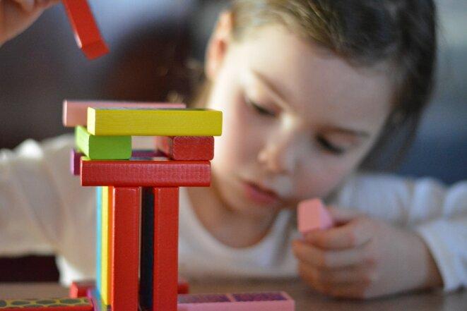 Utilisation d'un matériel favorisant la représentation dans l'espace par une petite fille © Pixabay License