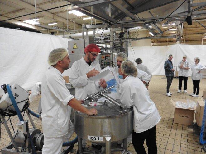 A la fabrique du Sud, les ouvriers ont pris les commandes de la production. Ils répartissent eux-mêmes les livraisons, en prenant soin d'instaurer une bonne ambiance de travail. © Pierre Isnard-Dupuy