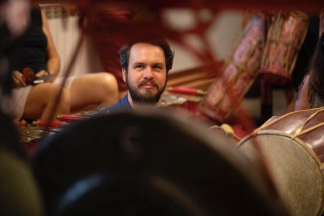 Henri Maquet face au gong patriarche ageng © Florent Gardin