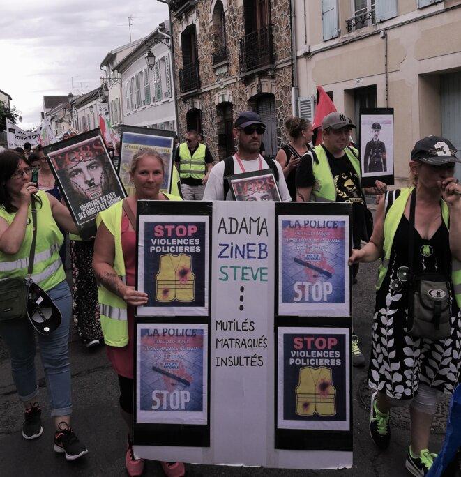 Gilets Jaunes aux pancartes contre les violences policières, Marche Adama, 20 juillet 2020 © Chloé Valls