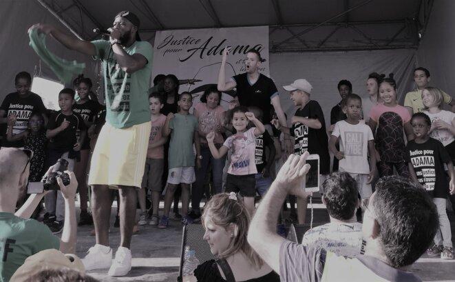 Les enfants sur scène, Marche Adama, 20 juillet 2019. © Chloé Valls