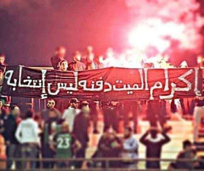 « Pour honorer un mort, il faut l'enterrer, pas l'élire », banderole des supporters du F.C Biskra en Algérie / Crédits photo : Ultra Style