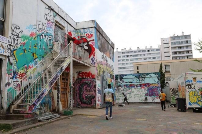 Ils sont 300 à 350 personnes à s'abriter dans ce collège vétuste de Lyon. © Elisa Perrigueur