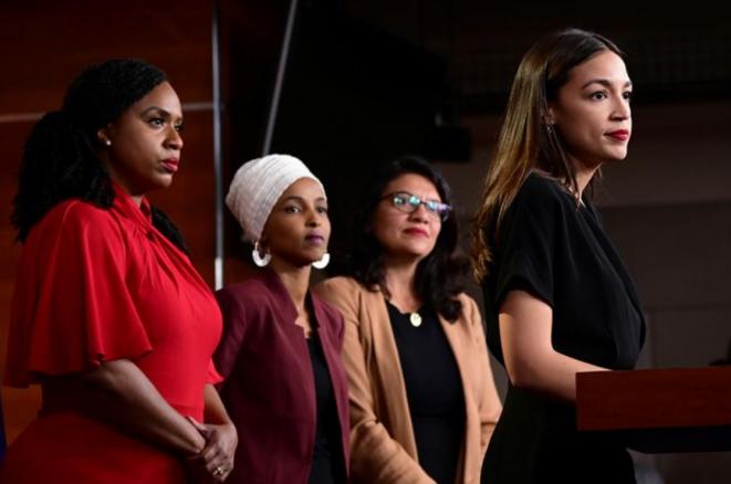 De izquierda a derecha: Ayanna Pressley, Ilhan Omar, Rashita Tlaib y Alexandria Ocasio-Cortez responden a Donald Trump, el 15 de julio de 2019. © Reuters