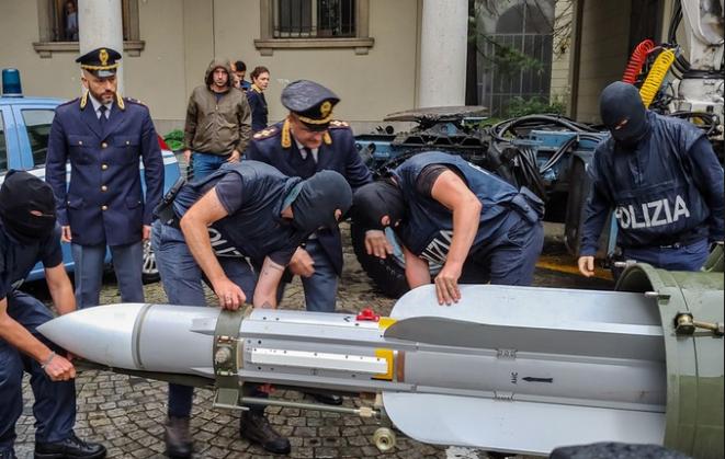 Misil air-air requisado por fuerzas especiales italianas durante una operación contra militantes de extrema derecha en la provincia de Pavía (Lombardía), 15 de julio de 2019. © Polizia di Stato