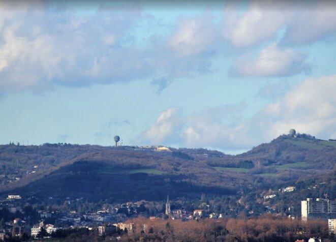C'est à la base du Mont-Verdun, au-dessus de Lyon (ici, vue prise du quartier de Fourvières), qu'est centralisée toute la veille des engins spatiaux et aériens aux comportements défiant les lois physiques de nos propulsions habituelles. Donc, les Ovnis, du moins pour ceux qui ne sont pas sassez furtifs. © Wikipedia, l'encyclopédie libre