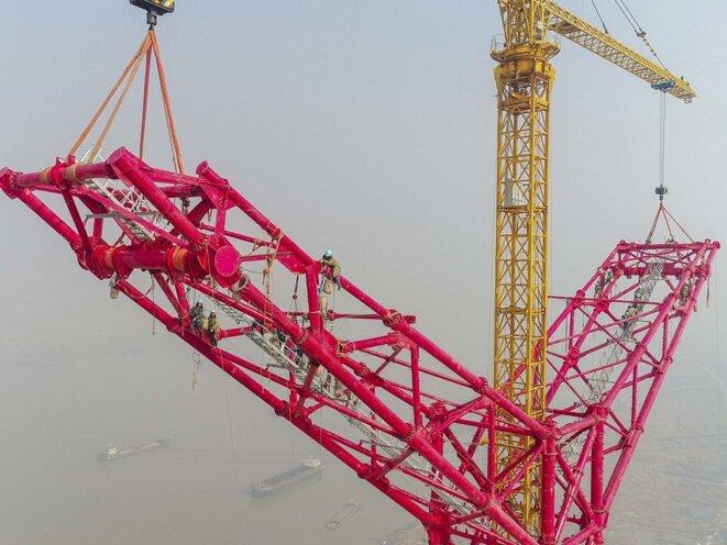 Construction d'un pilone électrique à ultra haute tension en courant continu (UHVDC) en Chine, dans la ville de Fanchang, dans la province d'Anhui. © http://news.qcx868.com