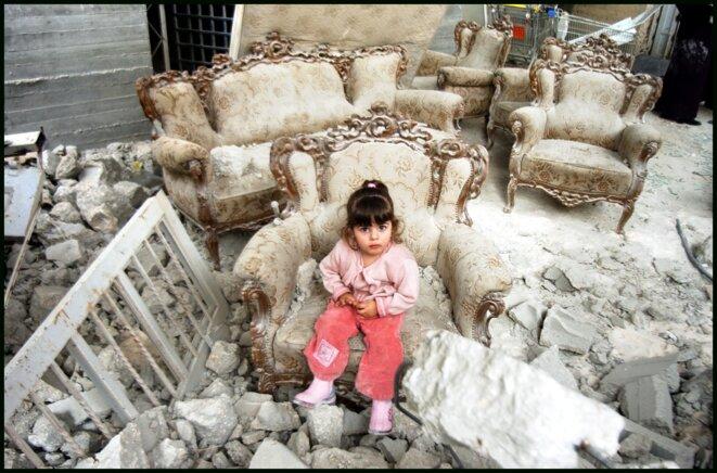 Petite fille dans les gravas d'une habitation palestinienne détruite. © ICAHD