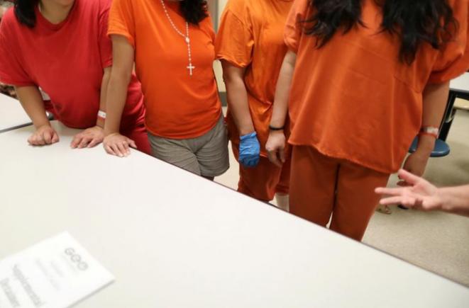 Detenidos en un campo privado para inmigrantes en Adelanto (California), uno de los más criticados en Estados Unidos, gestionado por GEO Group. © Reuters