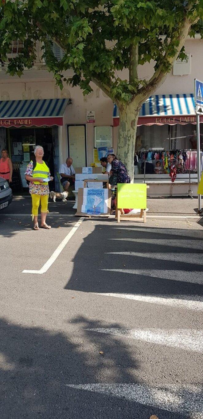 Manosque, le 21 juillet. Stand pour la signature contre la privatisation d'ADP © Laurent Vicente