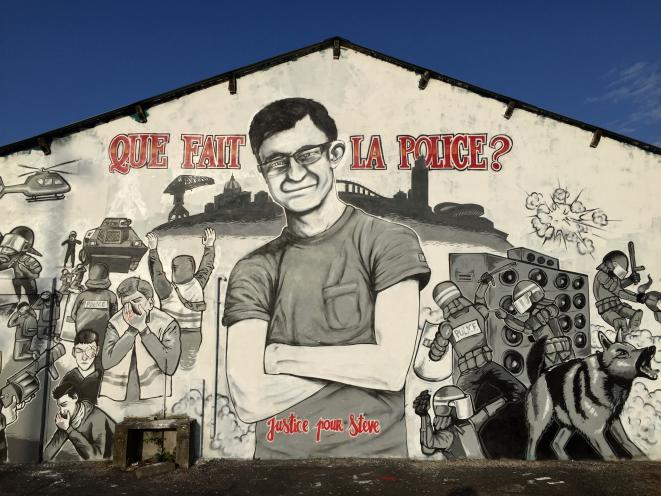 A mural depicting Steve Maia Caniço and the incidents of the night of June 21st, painted on the riverside quai in Nantes where he disppeared. © Elisa Perrigueur