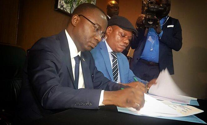 Néhémie Mwilanya (FCC) signe l'accord de partage du pouvoir avec Jean-Marc Kabund (CACH) © Twitter - DR