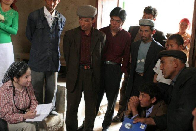 Le savant ouighour Rahile Dawut conduisant une recherche ethnographique