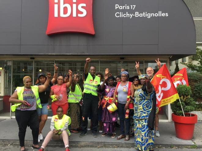 Huelguistas delante del hotel Ibis Batignolles en París. © RS