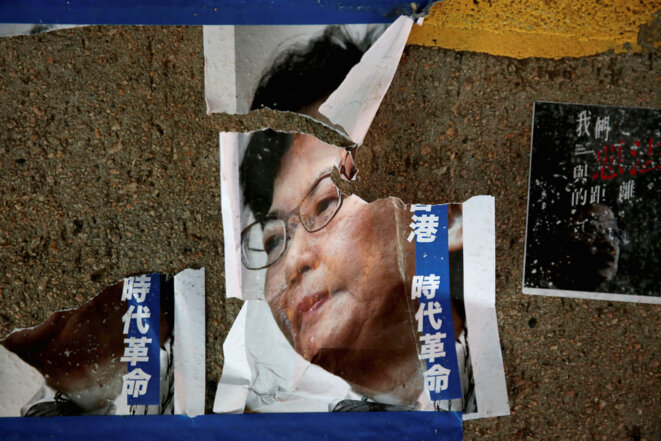 Une affiche déchirée de Carrie Lam, la cheffe de l'exécutif, à Hong Kong le 5 août 2019. © Reuters/Eloisa Lopez