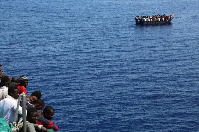 Des migrants attendent des secours en Méditerranée, au large de la Libye, en juin 2017. © Elisa Perrigueur