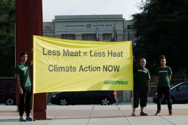 Des militants de Greenpeace devant le siège des Nations unies à Genève, jeudi matin. © Reuters
