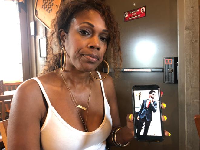 Melissa McKennies, la mère de Danye Jones, en juin 2019. Elle montre une photo de son fils, sur son téléphone. © Mathieu Magnaudeix