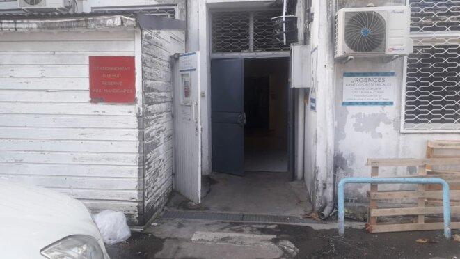Entrée du service de néonatalité, provisoirement installé à la polyclinique de Guadeloupe. Elle sert aussi d'accès pompiers et pour les personnes handicapées, alors que l'accès au service est censé être limité. © DR / Mediapart