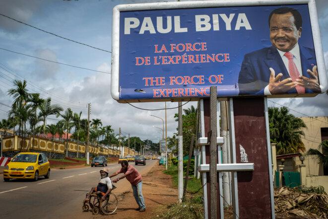 Une affiche de la dernière campagne présidentielle de 2018, toujours en place au cœur de Yaoundé © Thomas Cantaloube
