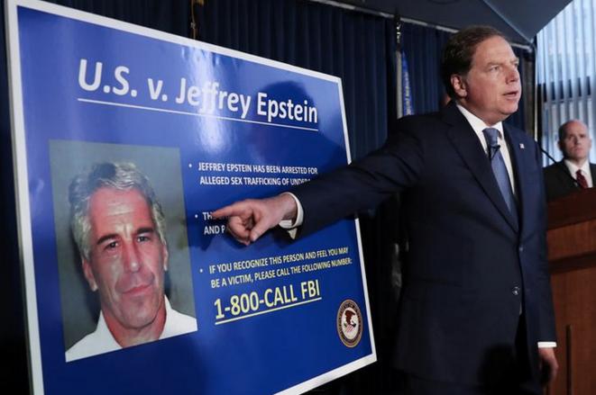 Le procureur général Geoffrey Berman annonçant les chrges retenues contre Jeffrey Epstein, le 8 juillet 2019. © Reuters