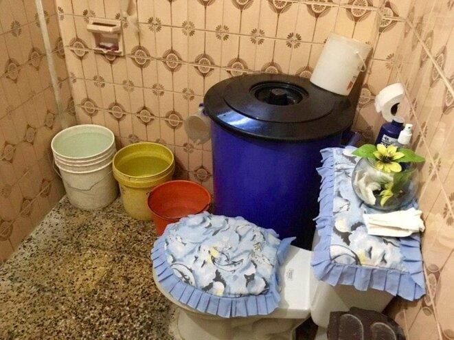 Salle de bain sans eau courante à Caracas © Florence Poznanski