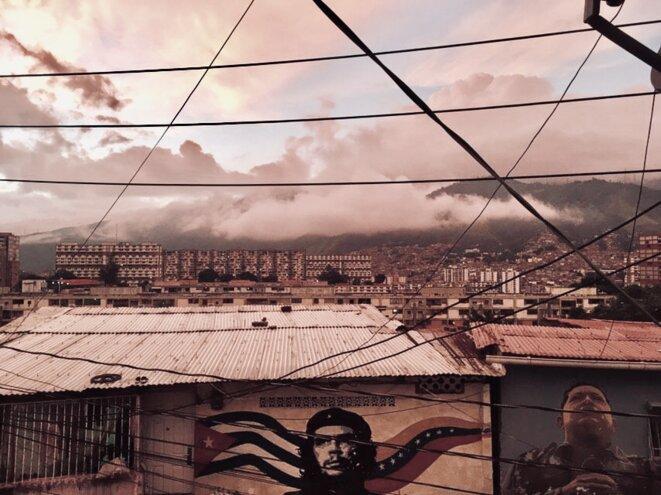 vue de la comune Simon Bolivar à Caracas au coucher du soleil © Manon Coleou