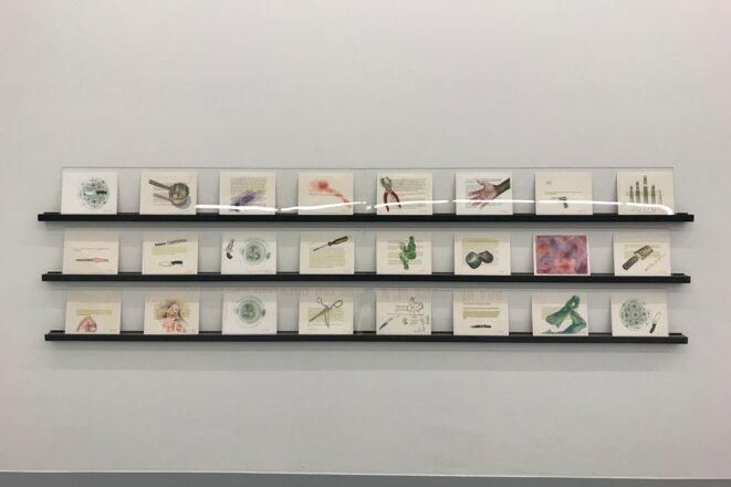 """Margaret Harrison, """"Beautiful Ugly Violence""""; 2003-2004, 24 aquarelles sur papier 21,6 x 27,9 cm chaque, Exposition personnelle """"Danser avec les missiles"""", FRAC Lorraine, Metz, 2019."""