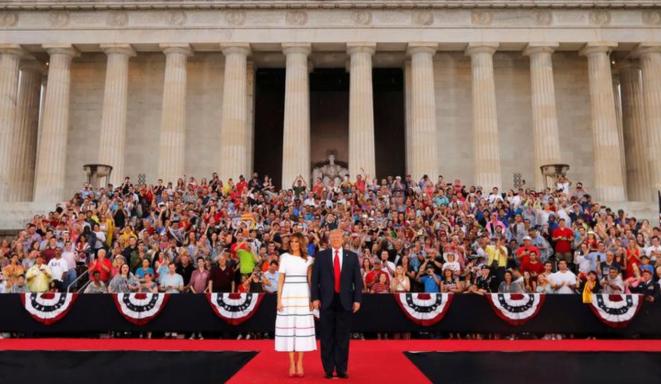 El 4 de julio, día de la Fiesta Nacional en Estados Unidos, Donald Trump presidió su primer desfile militar  y pronunció un discurso delante del memorial de Lincoln, en Washington. © Reuters
