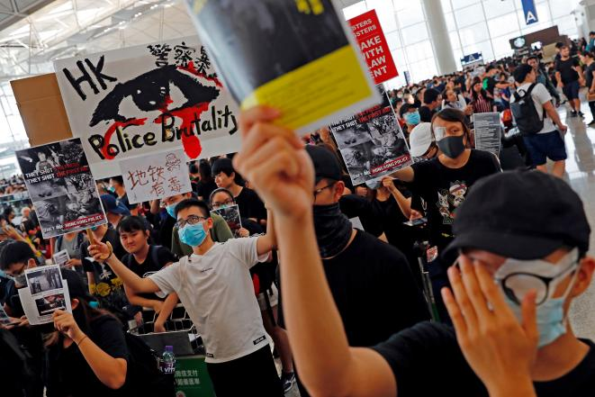 Manifestants occupant l'aéroport de Hong Kong. © Reuters