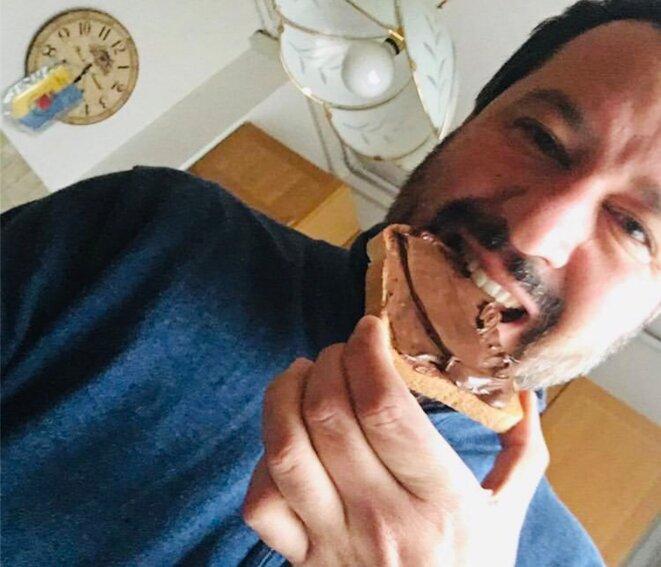 Matteo Salvini dégustant une tartine de Nutella. © Capture d'écran Twitter