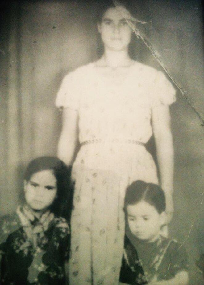 Fatna Badaî et ses deux filles, Fatiha, 6 ans, et Rachida, 5 ans.