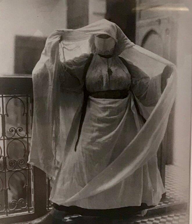 Gaëtan GATIAN de CLERAMBAULT, Femme marocaine voilée, Vers 1917 – 1920, tirage de 1984, Tirage sur papier au gélatino-bromure d'argent, Chalon-sur- Saône, Musée Nicéphore Niépce © Guillaume Lasserre