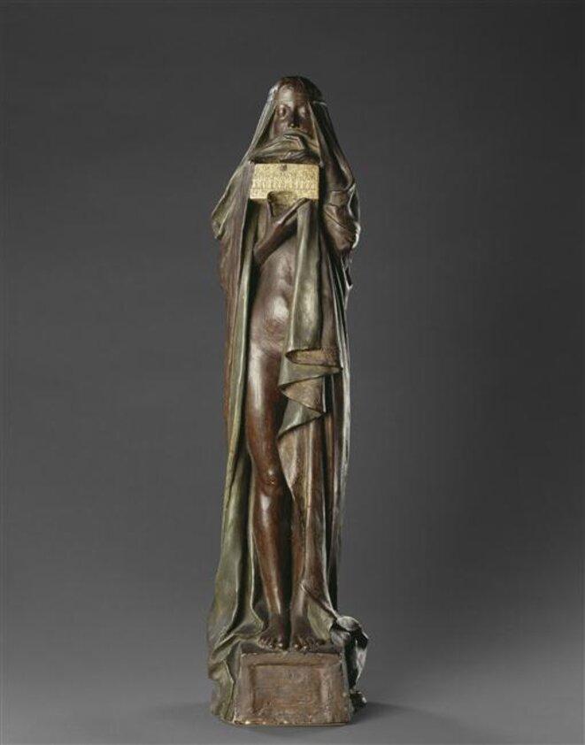 """Pierre-Félix Six-Masseau, """"Le secret"""", 1894, statuette, plâtre polychrome, 76 x 17,5 cm, Musée d'Orsay, Paris, Inv. RF 3638 © RMN Grand Palais - Hervé Lewandowski"""