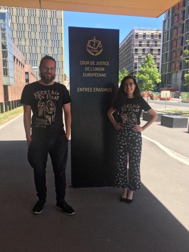 Arne Semsrott et Luisa Izuzquiza devant la Cour européenne à Luxembourg.