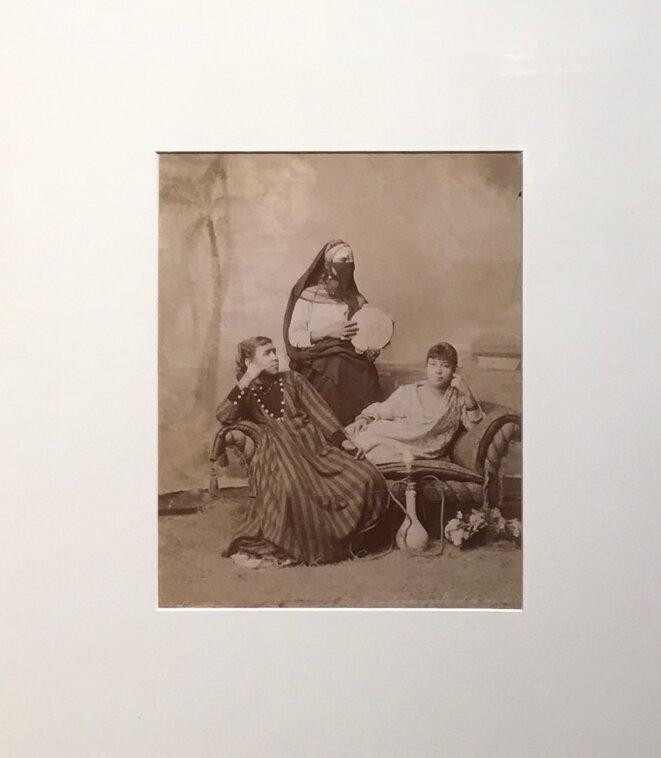 """Zangaki Frères, """"Deux dames arabes et la servante"""", Le Caire, vers 1880 - 1915, Tirage sur papier albuminé, Chalon-sur-Saône, Musée Nicéphore Niépce, inv. MNN 1977 83 122 © Guillaume Lasserre"""