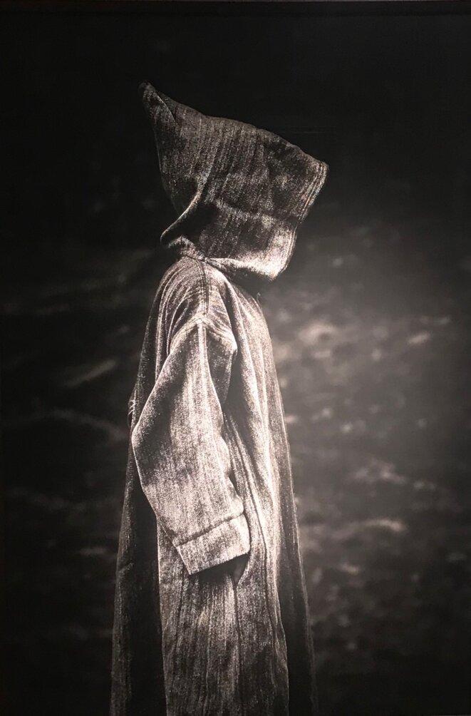 """Serge Anton, """"L'homme à la djellaba"""", Maroc, 2012, Tirage charbon 1/7, 150 x 100 cm, collection privée © Serge Anton"""