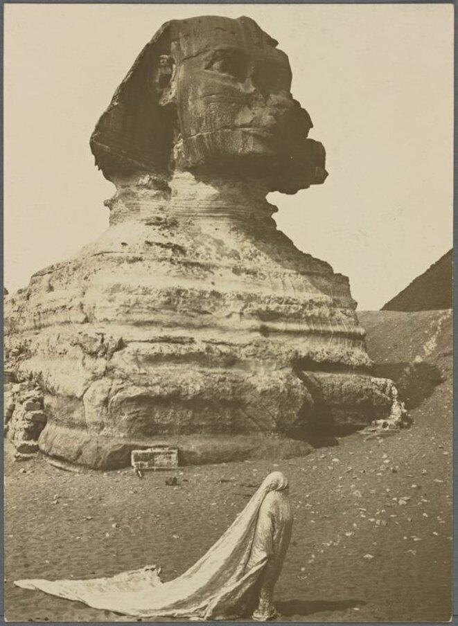 """Harry C. ELLIS, """"Loïe Fuller avec son voile dansant devant le sphinx"""", 1914, Épreuve argentique Paris, Musée d'Orsay Amiens, musée de Picardie © RMN Grand Palais - Musée d'Orsay"""