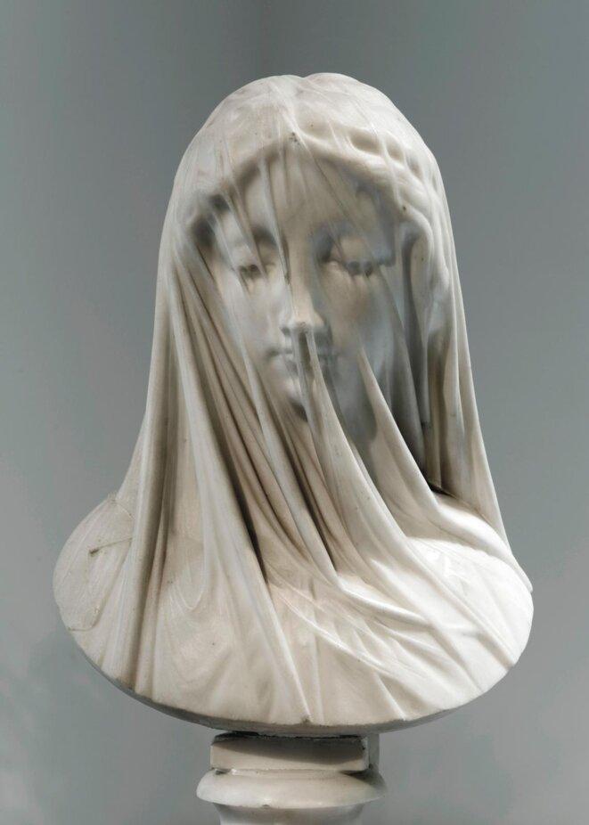 Giovanni Strazza (Milan, 1818 - Milan, 1875) ou atelier, Femme voilée, le silence, ca 1850- 1880, marbre de carrare, socle et piédouche © Nice, musée des Beaux-Arts