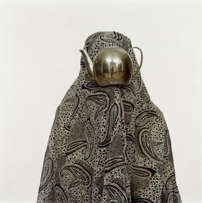 """Shadi Ghadirian, """"Like everyday (Comme d'habitude)"""", 2001, photographie couleur épreuve chromogène, 63 x 52 x 2,5 cm, Paris, Centre national d'art et de culture Georges Pompidou © RMN Grand Palais - Georges Meguerdichian"""
