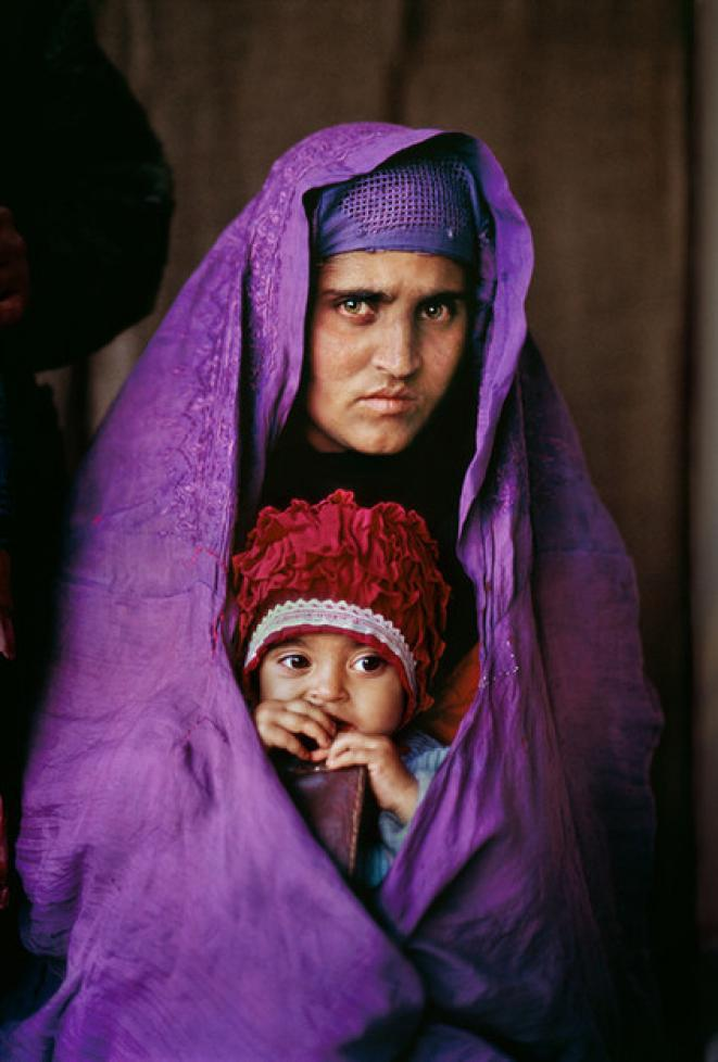 "Steve McCurry, ""Sharbat Gula et sa fille d'un an, Peshawar (Pakistan)"", tirage photographique, 2002 © Steve McCurry / Magnum Photos"