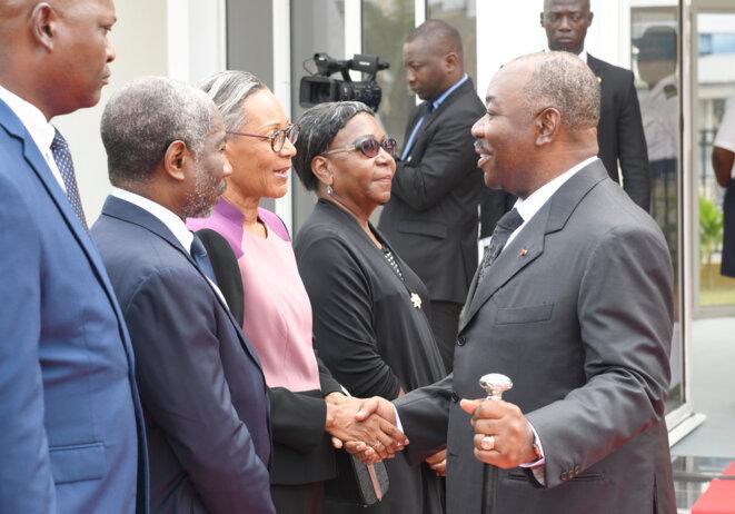 Festivités du 59ème anniversaire  du Gabon -Ali BONGO ONDIMBA-DÉPÔT DE GERBE DE FLEURS AU MAUSOLÉE LEON MBA-Ali BONGO ONDIMBA - Echange avec la famille