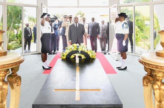 Festivités du 59ème anniversaire  du Gabon -Ali BONGO ONDIMBA-DÉPÔT DE GERBE DE FLEURS AU MAUSOLÉE LEON MBA
