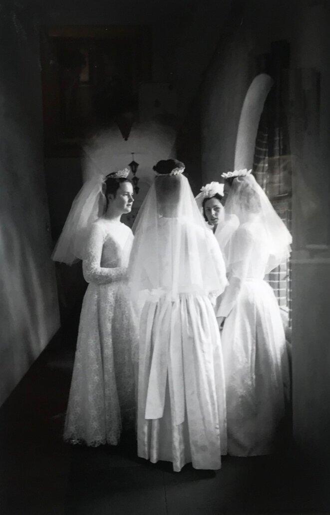 """Eve Arnold, """"Femmes sans hommes. Fiancées du Christ - Nonnes le jours de leur mariage avec le Seigneur, Angleterre"""", 1965, Photographie, 50 x 40 cm © Eve Arnold / Magnum photo"""