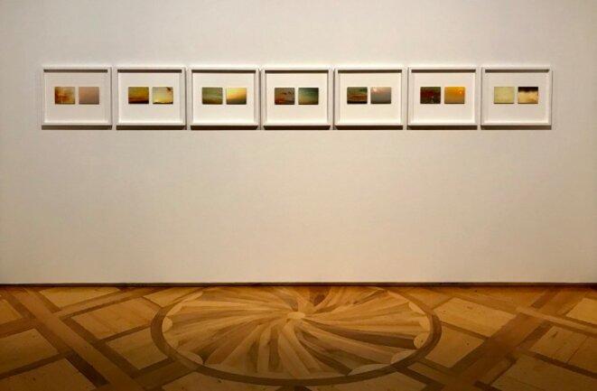 """Yann Mingard, Seven sunsets, vue de l'exposition """"Tant de choses planent dans l'air, d'où notre vertige"""", Musée de l'Elysée, Lausanne, 2019 © Arteez"""